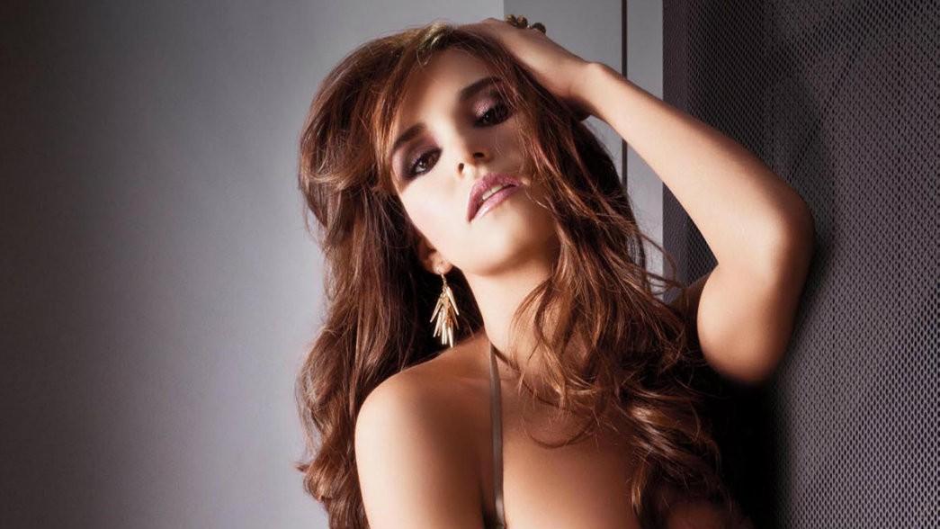 La sexy conductora Tania Rincón